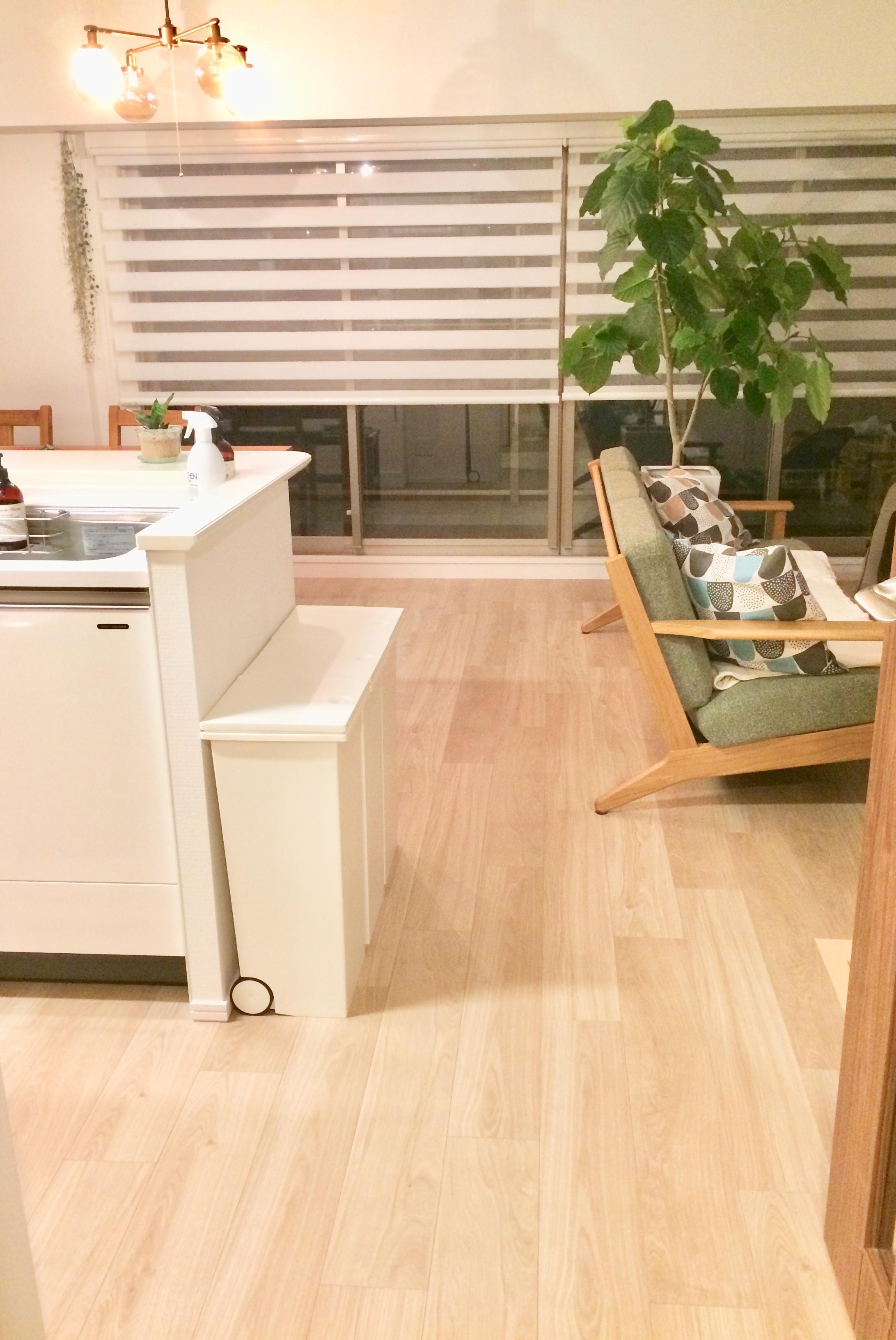 マンションのリビング・調光ロールスクリーンと家具