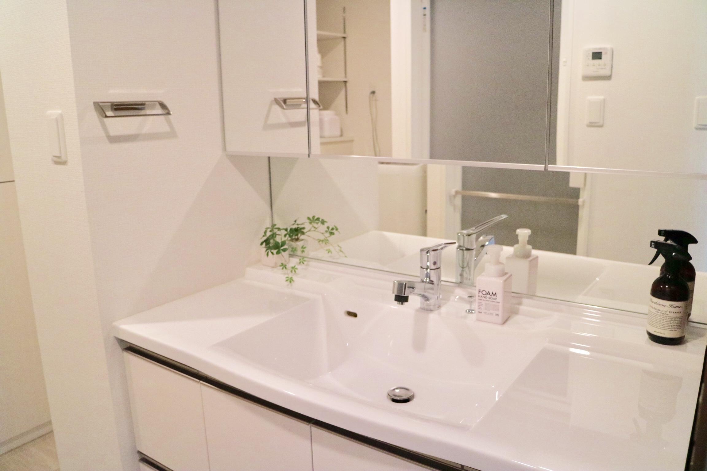 マンションのお洒落な洗面台をキレイに保つ秘訣。クエン酸なしで水垢落とし