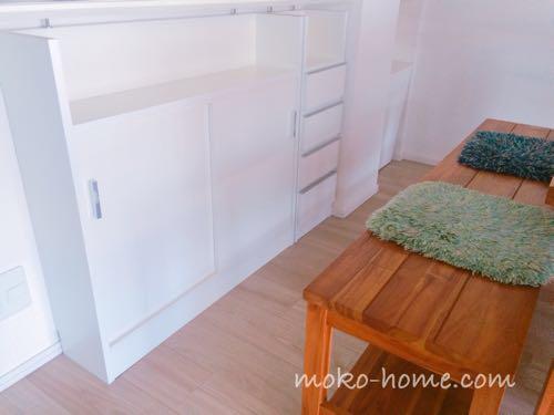 マンションのキッチンカウンター下に「オガモク」の収納棚