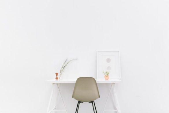 片付いた机と椅子