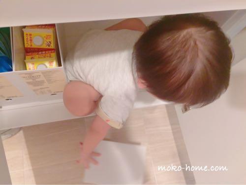 子どもが洗面台下に入るのを気に入っている様子