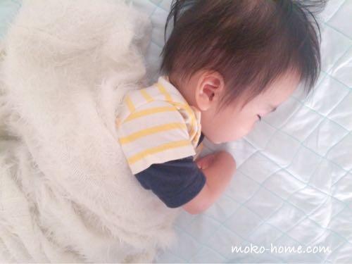 1歳児が眠っている
