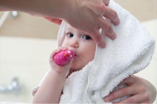 赤ちゃんがタオルにくるまっている