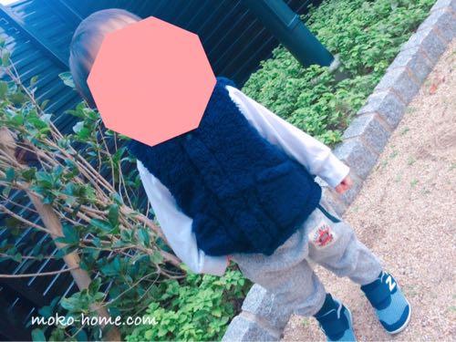 1歳半の息子が公園に立っている