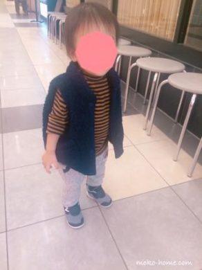 立っている1歳半の息子