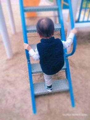 滑り台の階段を登る1歳半の息子