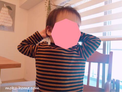 座っている1歳半の息子