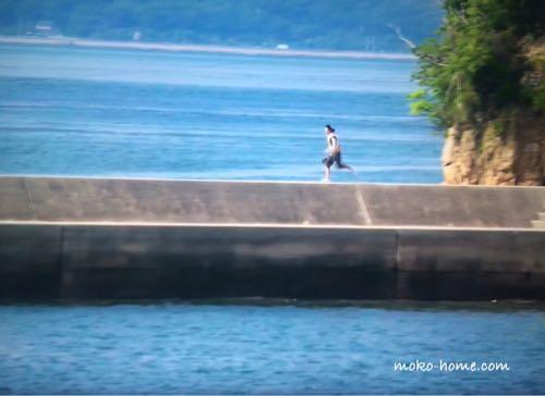 Nのために防波堤を走るシーン