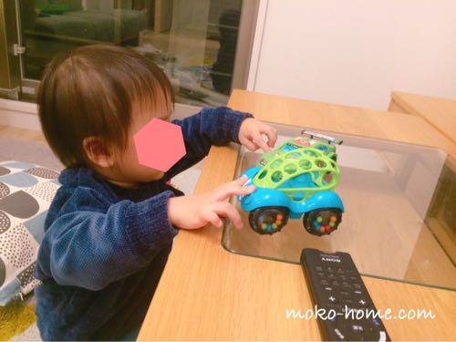 オーボール車で遊ぶ1歳半の男の子