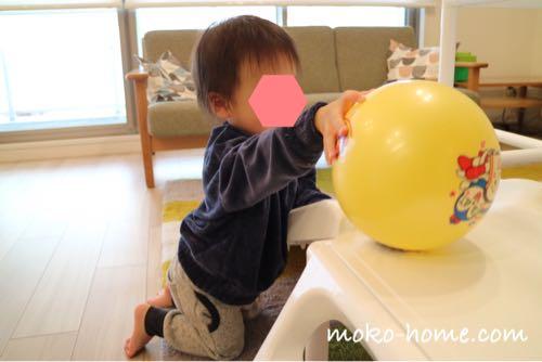 大きめのボールで遊ぶ1歳の男の子