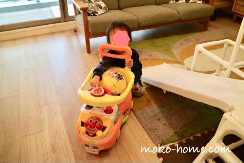 アンパンマンのよくばりビジーカーで遊ぶ1歳の男の子