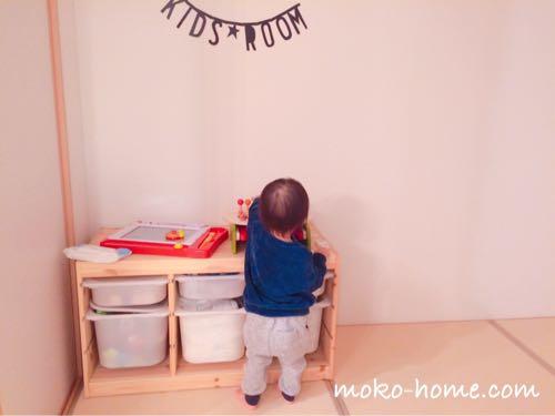 木琴のおもちゃで遊ぶ1歳の男の子