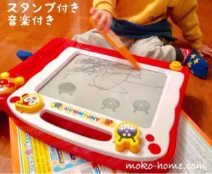 落書きを楽しむ1歳の男の子