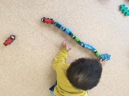 車を並べる1歳の男の子