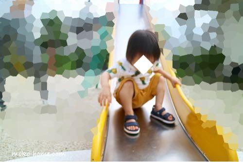 公園で遊ぶ2歳児