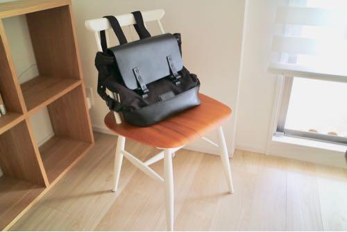 ガストンルーガ「プローペル」を北欧の椅子に置いた様子