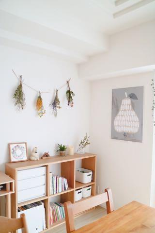 ドライフラワーガーランドを飾った壁インテリア