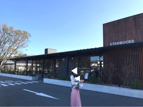 奈良県の鴻ノ池公園スタバ前に立つ親子