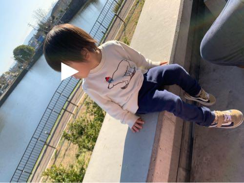 奈良県の鴻ノ池公園スタバのテラスから池を眺める子ども