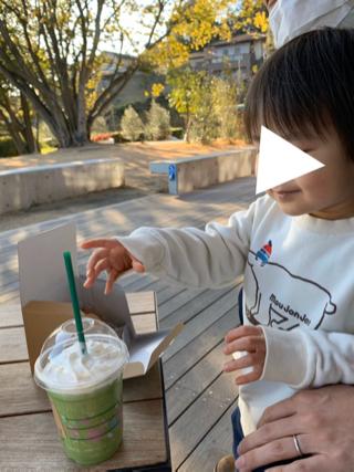 奈良県の鴻ノ池公園スタバのテラスでフラペチーノに手を伸ばす子ども