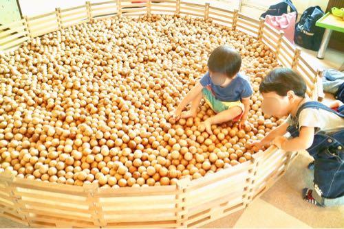 東条湖おもちゃ王国の木のボールであそぶ子どもたち