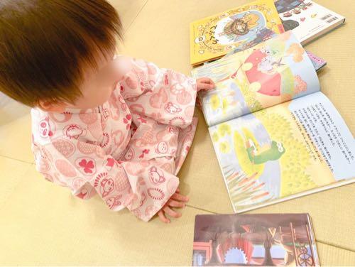 おもちゃ王国ホテルグリーンプラザ東条湖ベビーキッズルーム絵本を読む子ども