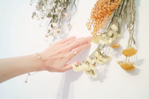 北欧アクセサリーMarc Mirrenの指輪とブレスレットをつけた手
