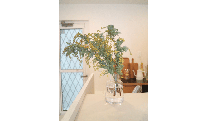 ミモザ(アカシア)の飾り方。北欧の花瓶『ホルムガードフローラベース』に生けました。