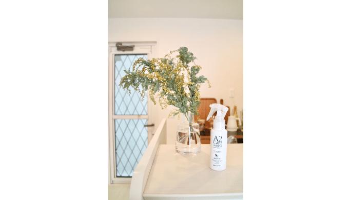 A2careをミモザを生けた花瓶の中に入れる